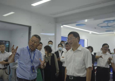"""朱芝松书记参观调研方略教育""""5G+智能教育服务系统""""展厅"""